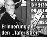 Prof. Friedensreich Hundertwasser bei der Präsentation  seiner Version neuer Kfz-Kennzeichen im Jahr 1988