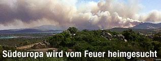 Rauchschwaden über einem Wald in Italien