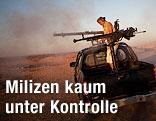 Milizenkämpfer schießt mit einem Granatenwerfer