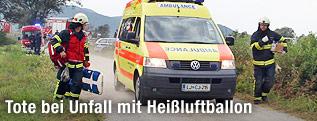 Einsatzkräfte nach Unfall von Heißluftballon in Slowenien