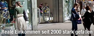 Menschen auf einer Einkaufsstraße