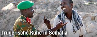 Ein Soldat und ein Einwohner unterhalten sich auf einer Straße in Mogadischu
