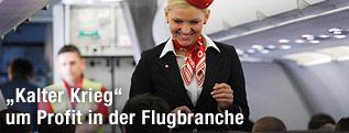 Stewardess in einem Flugzeug