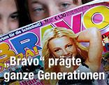 """Zwei Mädchen lesen ein """"Bravo""""-Magazin"""