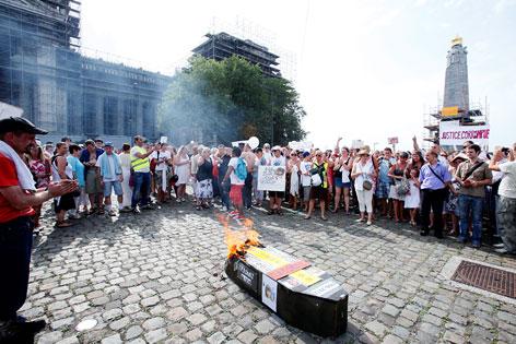 Demonstranten verbrennen Sarg vor Gerichtsgebäude