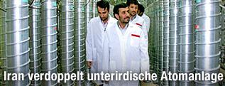 Der iranische Präsident Ahmadinedschad bei der Besichtigung der Atomalage Fordo im Jahr 2008