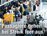 Passagiere stehen an einem Lufthansa-Schalter an