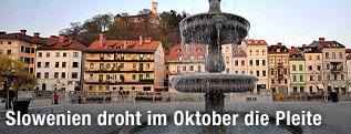 Brunnen auf einem Platz in der Altstadt von Ljubljana