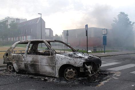 Ausgebranntes Auto in Amiens bei Paris