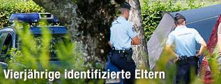 Polizisten stehen beim Tatort