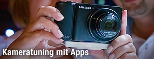 Frau hält eine Samsung Galaxy Camera