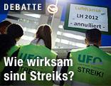 Mitarbeiter der Fluggesellschaft Lufthansa mit einem Protestschild