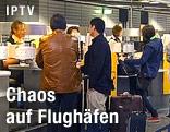 Passagiere stehen an einem Lufthansa-Schalter