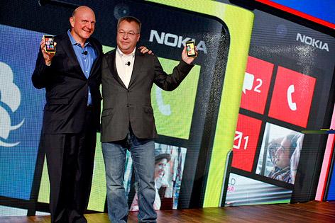 Microsoft-CEO Steve Ballmer und Nokia-CEO Stephen Elop präsentieren das Lumia 920