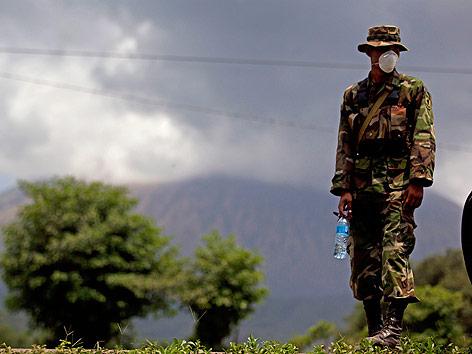 Mann mit Atemschutz