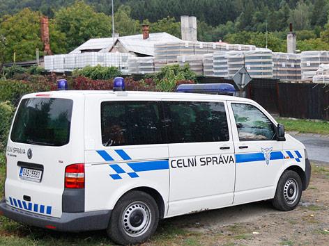 Polizei vor verdächtiger Alkoholfabrik
