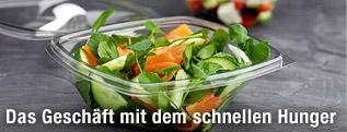 Essfertiger Salat in Plastikbehälter