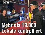 Polizisten kontrollieren eine Bar