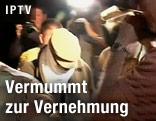 Polizisten führen den mutmaßlichen Urheber des Mohammed-Videos ab