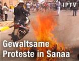 Brennende Autoreifen vor der US-Botschaft in Sanaa