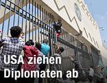 Demonstranten versuchen über einen Zaun der US-Botschaft in Sanaa zu klettern