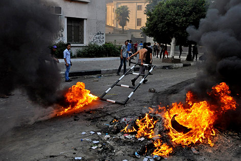 Ägyptische Demonstranten mit brennenden Reifen