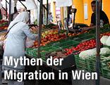 Eine Frau kauft auf dem Brunnenmarkt in Wien-Ottakring ein