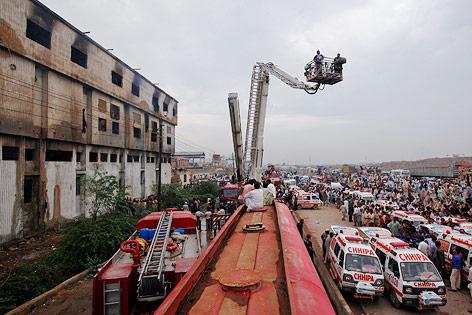 Feuerwehr vor dem ausgebrannten Fabriksgebäude