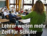 Lehrerin und Schüler im Klassenzimmer