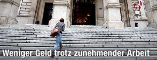 Studentin betritt Uni Wien