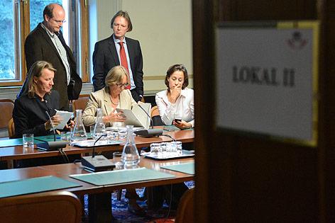 Blick durch eine geöffnete Tür auf U-Ausschussvorsitzende Gabriela Moser (Grüne)