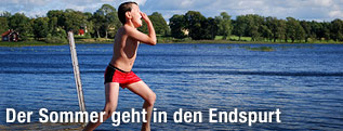 Kind springt in den See