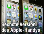 Das weiße und schwarze iPhone 5 wird auf einer Videowand projiziert