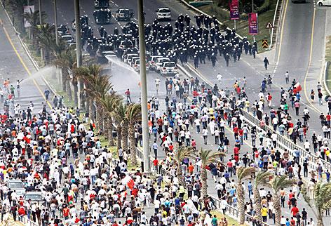 Demonstranten und Polizisten treffen auf dem Perlenplatz in Bahrains Hauptstadt Manama aufeinander