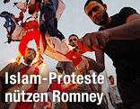 Mann verbrennt eine US-Flagge