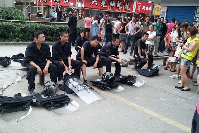Erschöpfte Sicherheitskräfte nach Demonstration in Shifang