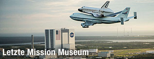 "Die ""Endeavour"" fliegt Huckepack über dem Kennedy Space Center in Cape Canaveral"