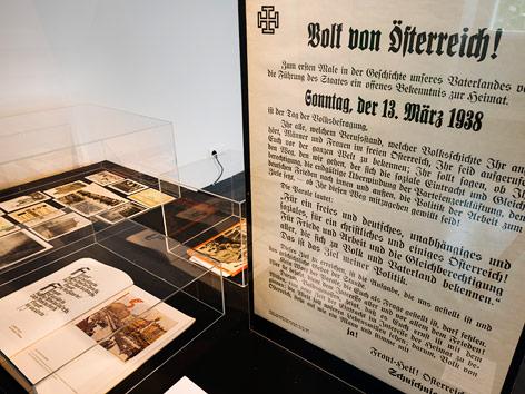 """Ausstellungsansicht. """"Hitlerbauten"""" in Linz Wohnsiedlungen zwischen Alltag und Geschichte 1938 bis zur Gegenwart"""
