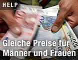 Geldscheine werden ausgeteilt