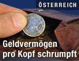 Mann holt eine 1-Euromünze aus einer Geldbörse