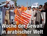 Demonstranten verbrennen eine US-Flagge