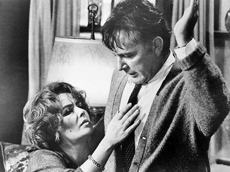 """Elizabeth Taylor und Richard Burton in einzer Szene von """"Wer hat Angst vor Virginia Woolf?"""" (1966)"""