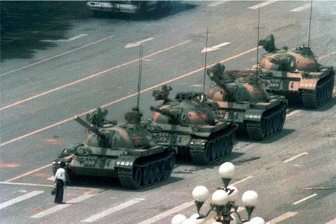 """""""Tank Man"""" Wang Weilin vor anrollenden Panzern"""