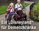 Alte Menschen fahren im Demenzzentrum Hogewey mit dem Fahrad