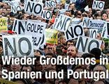 Demonstranten halten in Madrid Transparente in die Luft