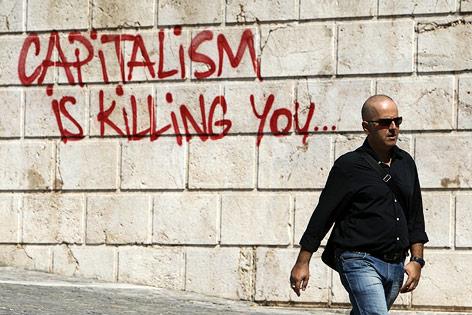 Mann geht an einem Graffiti in Athen vorbei