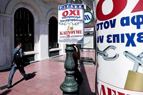 Plakate auf einer Straße in Athen, die den Generalstreik ankündigen