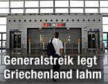 Ein junger Mann steht vor der geschlossenen Untergrundbahnstation im Eleftherios Venizelos Flughafen in Athen