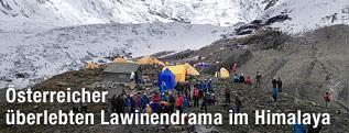Rettungskräfte helfen einem Verletzten Bergsteiger