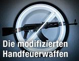 Kunstwerk von Langlands und Bell: AK-47 vor durchgestrichenem Kunstlichtröhren-Kreis